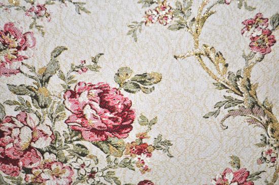 座面と背のクッションの生地と花柄模様
