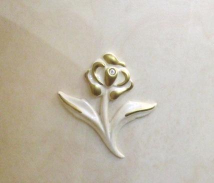 両サイドの扉にあるエレガントな花柄のモチーフ