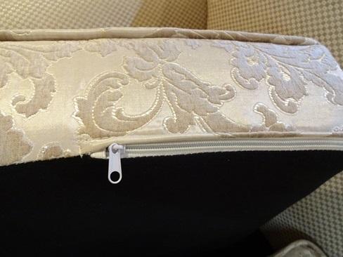 背もたれ、座面はファスナーが付いていてカバーが外せます。