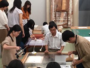 青山学院大学の学生15名が表具研修