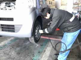 タイヤの空気圧をチェックします。
