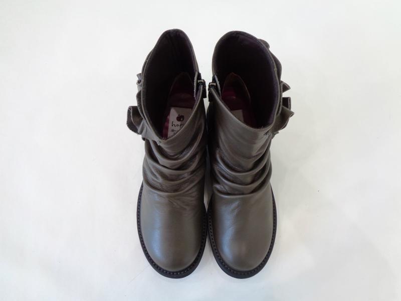 優しいシャーリングとフェミニンフリルのブーツ