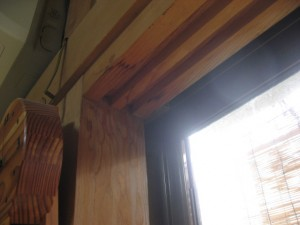窓上部の鴨居に雨染み